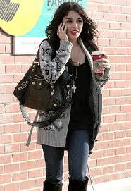 Chica con prisa tomando un café por la calle
