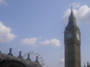 Una foto del Big Ben y el London Eye al fondo. En Londres.